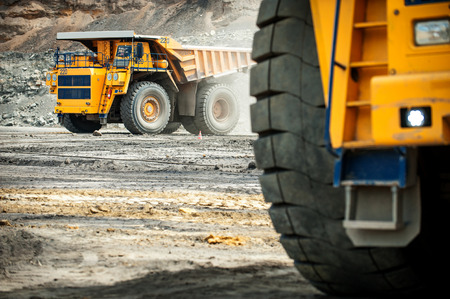 maquinaria: Siberia, Rusia - junio de 2015: amarillo grande groundmoving carro de mina en Rusia.