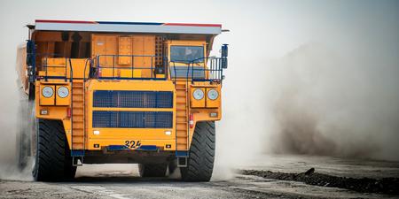 camion minero: Siberia, Rusia - junio de 2015: amarillo grande groundmoving carro de mina en Rusia.