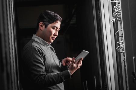 Junger Ingenieur Geschäftsmann im Netzwerk Serverraum