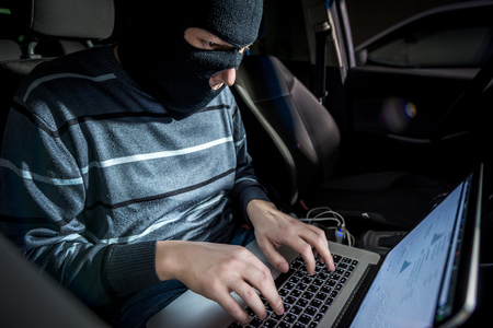 ladron: Hacker en una m�scara con un ordenador dentro de un coche