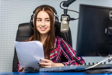 dj femminile lavora davanti un microfono alla radio