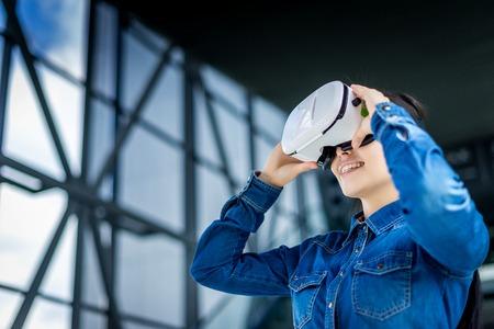 仮想現実の眼鏡を身に着けている感情的なきれいな女性 写真素材