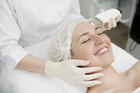 Skin Care. Close-up Of Beautiful Woman Receiving Ultrasound Cavitation Facial Peeling. Ultrasonic Skin Cleansing Procedure. Beauty Treatment. Cosmetology. Beauty Spa Salon. Standard-Bild