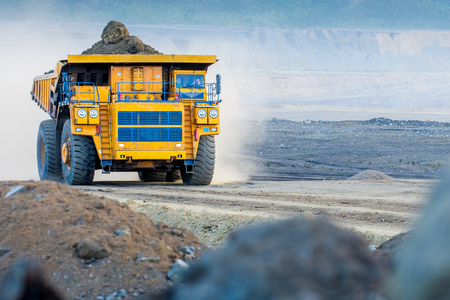 camion minero: Big yellow mining truck ground moving in open pit