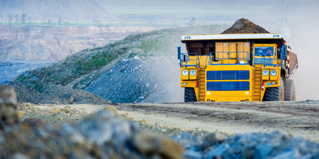 Grand terrain de camion minier jaune se déplaçant dans ciel ouvert