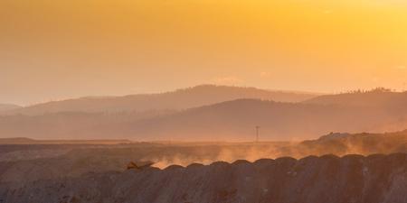 camion minero: Gran fondo amarillo carro de mina a cielo abierto que se mueve en Foto de archivo