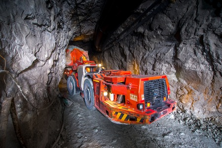 Carga de camiones con mineral de oro subterránea. Rusia.