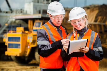 ingenieria industrial: El hombre y la mujer que trabaja en un cielo abierto