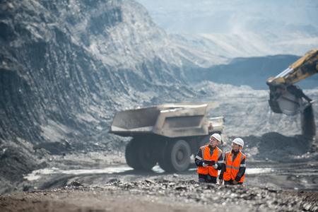 Dos speacialists que examinan carbón a cielo abierto Foto de archivo