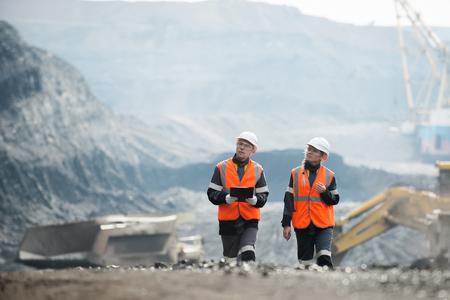Twee speacialists onderzoeken van steenkool in een open put
