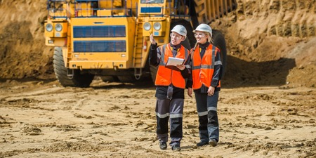 Man and woman working in an open-pit Standard-Bild