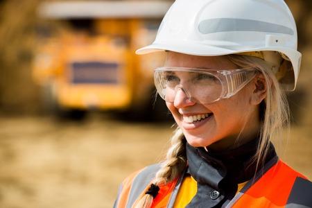 Travailleur des mines avec un énorme camion sur l'arrière-plan dans la mine à ciel ouvert Banque d'images - 63876504
