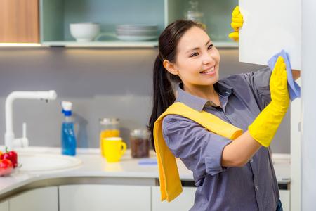 台所で家事若い美しいアジアの女性