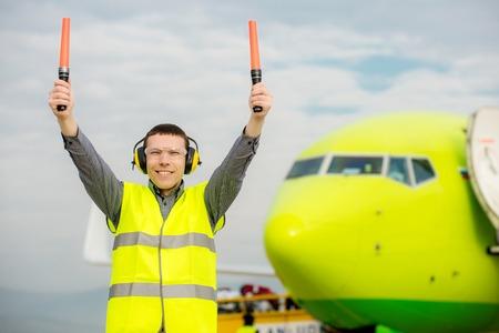 controllore del traffico aereo titolare di insegne luminose in aeroporto