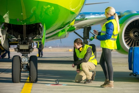 airport staff workers preapre the airplane for flight Standard-Bild