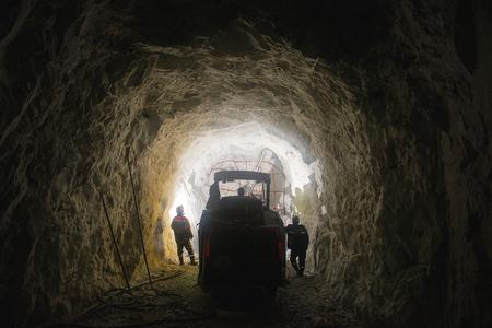 金鉱の地下。掘削と爆発的な作品。 写真素材