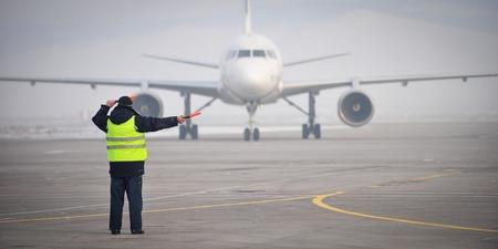 空港職員が到着したので、飛行機を演出 写真素材