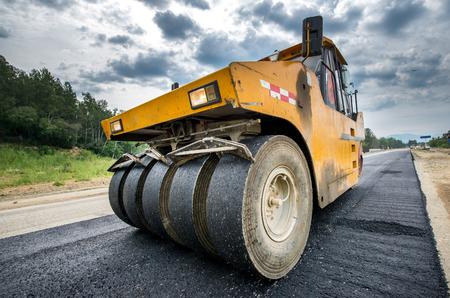 新しい道路工事舗装アスファルト修理車両