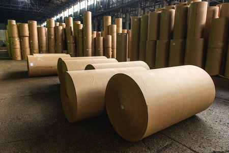 製紙工場工場。作り出された紙のストレージをロールバックします。