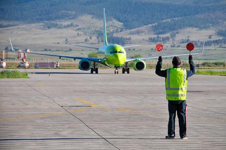 空港職員が、空港で飛行機を演出