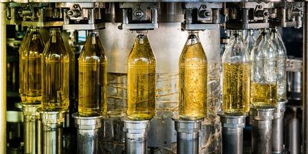 ジュースのボトルの充填