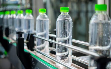 Conveyor with water bottles Zdjęcie Seryjne