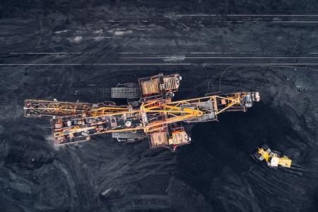 上から露天掘りで石炭の。