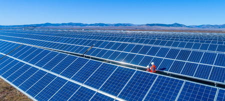 electricity export: Technicians at a solar power station