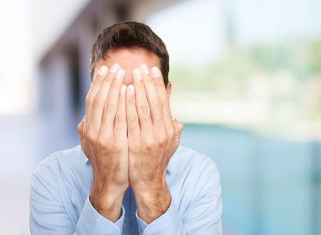 Jeune homme couvrant son visage avec ses mains Banque d'images - 45458784