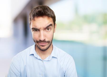 Cierre plano de un hombre joven dudosa