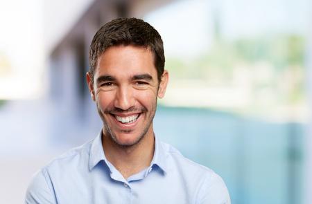 Cierre plano de un hombre joven y sonriente Foto de archivo