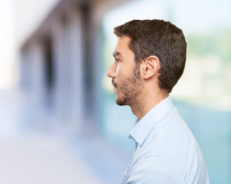 profil: Zamknij się młody człowiek w profilu