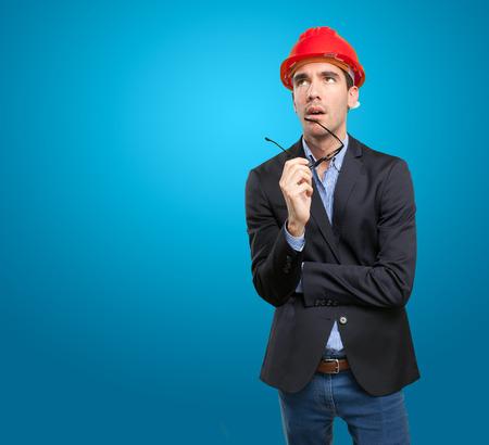 dudando: dudar joven arquitecto