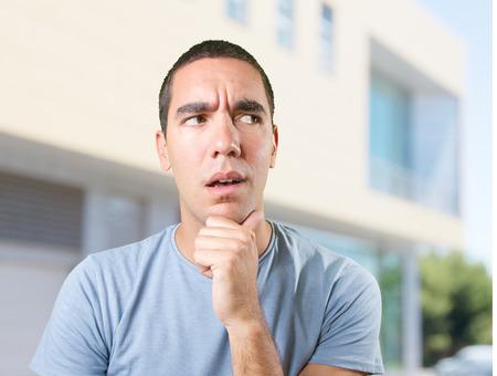 dudando: Hombre joven preocupante dudar Foto de archivo