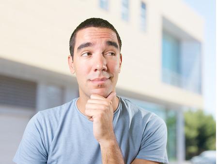 dudando: Hombre joven feliz dudar
