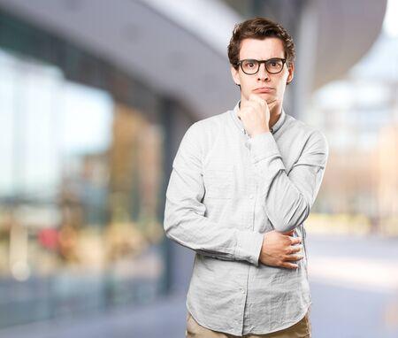 dudando: Grave joven dudar