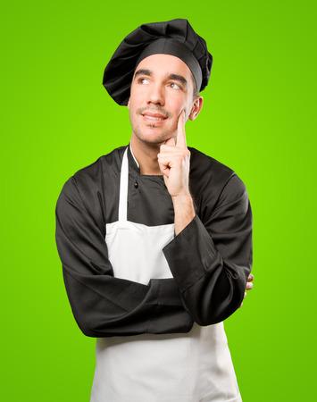 dudando: Feliz dudar joven chef