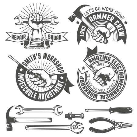 Logotipo de taller de reparación con las manos y las herramientas de estilo vintage. Herramientas manuales. Texto en una capa separada - fácil de reemplazar. Foto de archivo - 55677326