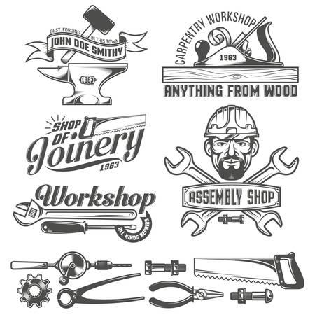 Logo's met werkende hulpmiddelen. Emblemen timmerwerkplaats, smeden, assemblage winkel. Werknemer gereedschap. Tekst op een aparte laag - eenvoudig te vervangen. Stock Illustratie