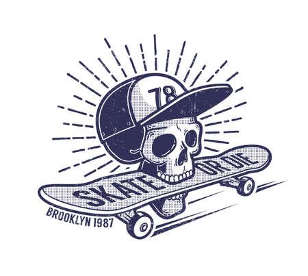 Schedel in baseballpet houdt skateboard in zijn mond