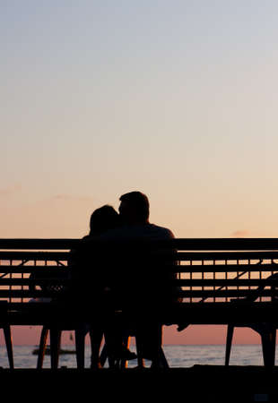 Silhouette of a young couple on a beach at sunset Standard-Bild