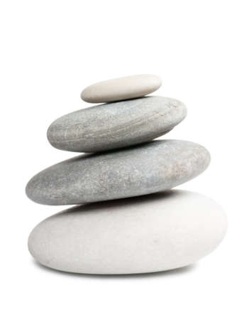 piedras zen: Pila de cuatro piedras redondas aisladas sobre fondo blanco