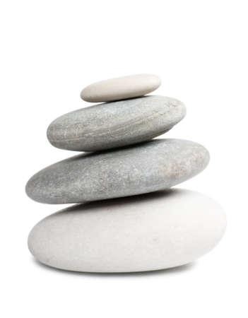 zen steine: Stapel von vier runden Steinen auf wei�em Hintergrund isoliert