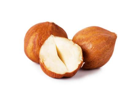 frutas secas: Closeup vista de avellanas sobre fondo blanco