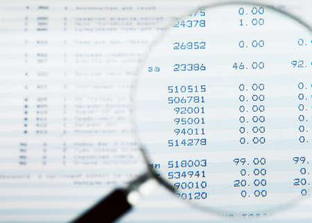 auditor�a: Closeup vista de lupa mirando informe financiero