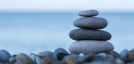 Stapel von runden glatten Steine ??auf einem Strand