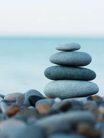 Stapel van ronde glad stenen op een kust