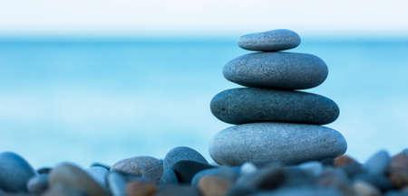 해변에 라운드 부드러운 돌의 스택