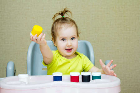Baby draws with fingers Banque d'images