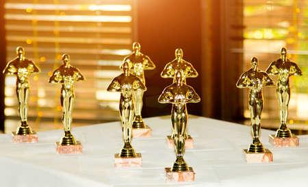Estatuillas, premio, Oscar. El concepto de Victoria, juegos y ganancias. Ganar y jugar Foto de archivo